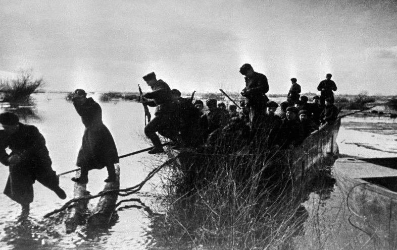 Форсирование Одера советскими войсками.
