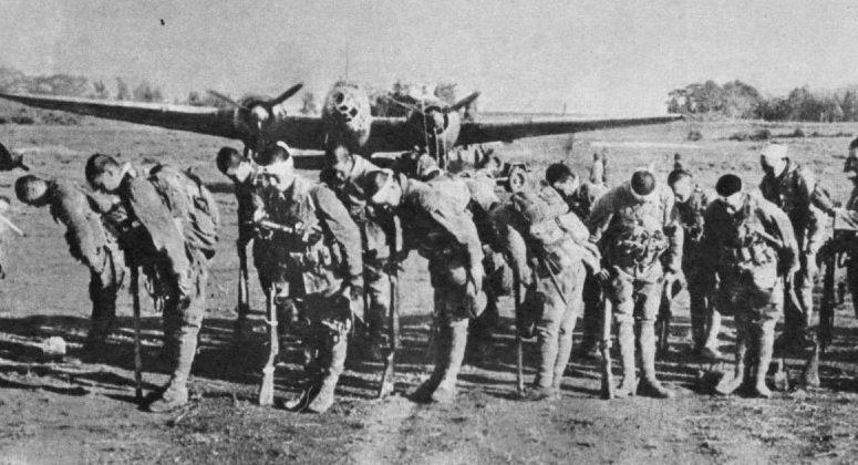 Десантники «Гирецу» перед посадкой в самолеты. 1945 г.