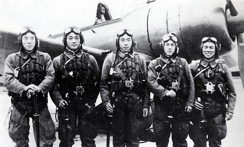 Летчики-камикадзе перед боевым вылетом с аэродрома Тёси. Ноябрь 1944 г.