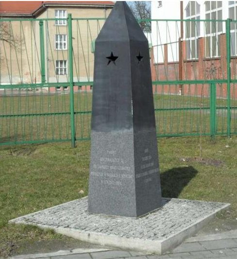 г. Хелмжа, Торуньский повят. Памятник по ул. Мицкевича, установленный на братской могиле, в которой похоронено 374 советских воина, в т.ч. 369 неизвестных, погибших в годы войны.