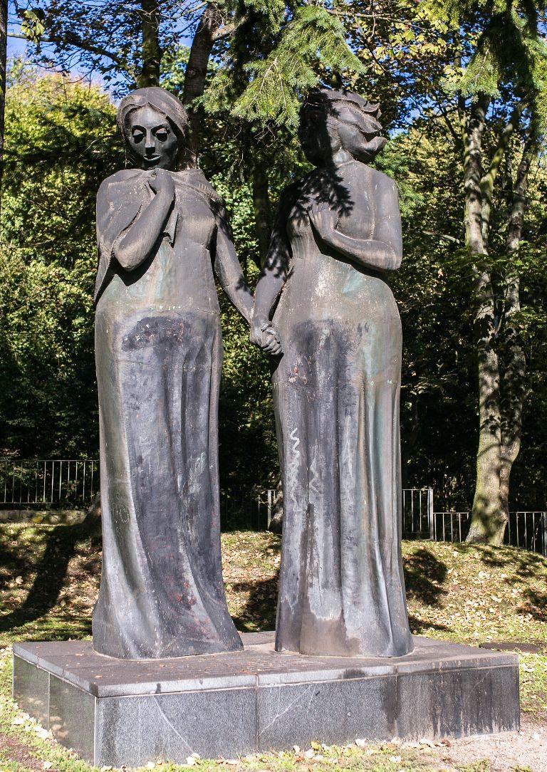 Статуя «Две матери» - польская и русская женщины.