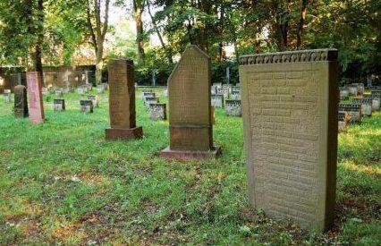 Памятные стелы на кладбище.