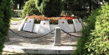 г. Тухоля. Памятник по улице Свецка, установленный на братской могиле, где похоронено 2 303 советских воина, в т.ч. 2 277 неизвестных, погибших в годы войны.