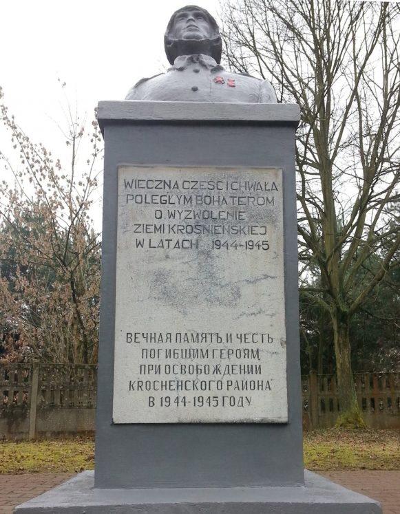 г. Кросно-Оджаньске. Памятник по улице Познаньска, который установлен на братской могиле, в которой похоронено 313 воинов, в т.ч. 2 неизвестных.