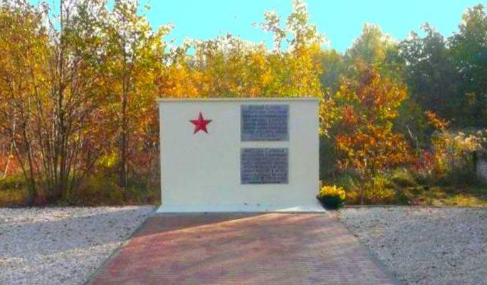 д. Руски-Бруд, Пшисуха повят. Памятник на братской могиле, в которой похоронено 600 совестких воинов, погибших в годы войны.