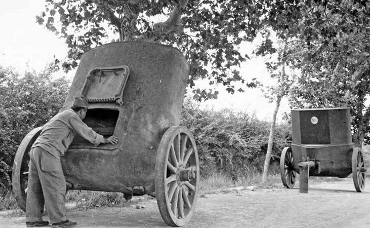 В транспортном положении бронеколпак возили верхом донизу.