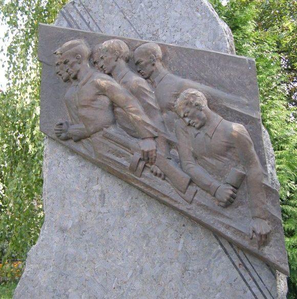 Барельеф на памятнике.