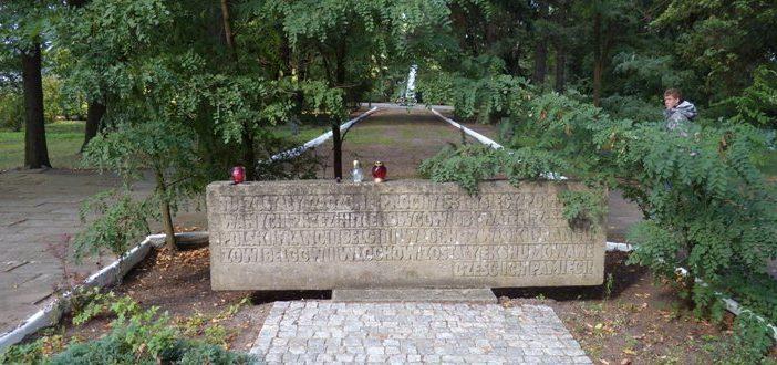 Памятна стела на кладбище.
