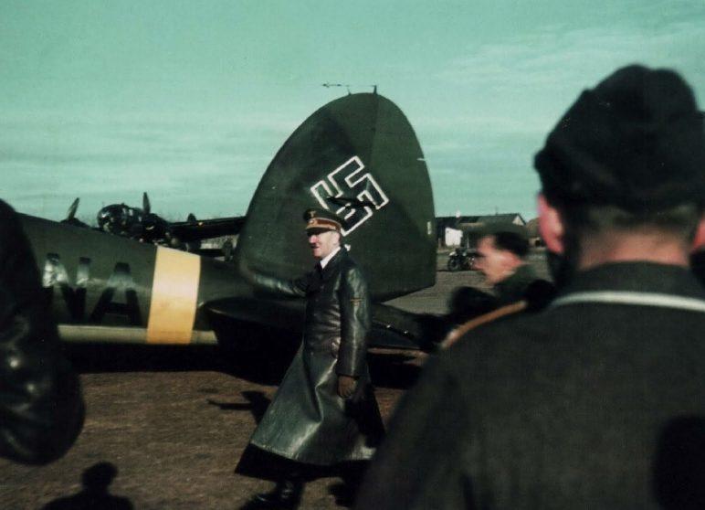 Гитлер у самолета He-111P-2 на Восточном фронте. 1942 г.