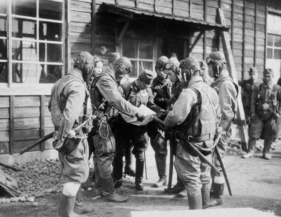 Летчики-камикадзе получают последний инструктаж. Декабрь, 1944 г.
