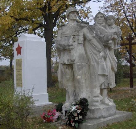 г. Радом. Памятник по улице Варшавской, установленный на братской могиле, где похоронено 2 675 совестких воинов, в т.ч. 2 532 неизвестных, погибших в годы войны.