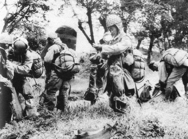 Десантники «Гирецу» из 2-ой штурмовой бригады готовятся к бою. 1945 г.