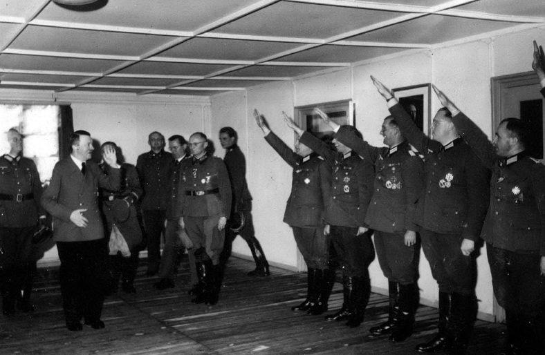Адольф Гитлер приветствует офицеров в ставке «Вольфшанце». 1944 г
