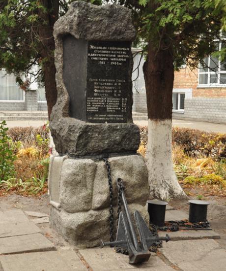 Памятный знак морякам-североморцам был установлен в 1970 году на улице Щербакова, 61г.
