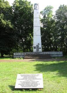 г. Хелмно. Обелиск по улице Армии Червонной, установленный на военном кладбище, где захоронено 1 284 советских воинов, в т.ч. 1 192 неизвестных, погибших в годы войны.