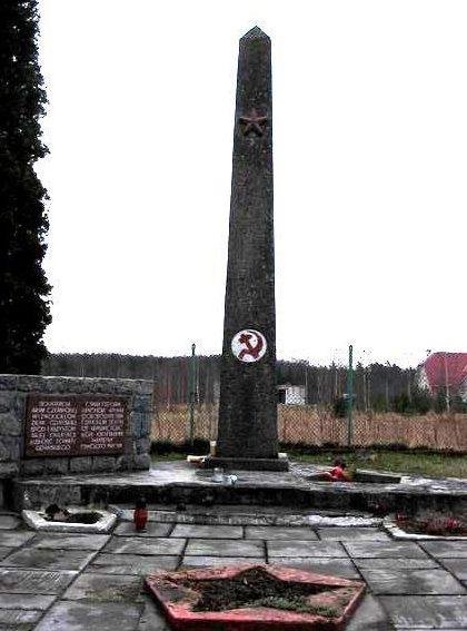 д. Клещево, Гданьского повята. Памятник, установленный на братской могиле, в которой похоронено 720 советских воинов, в т.ч. 646 неизвестных, погибших в годы войны.