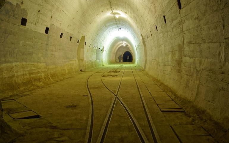 Главная галерея. В нишах стен были размещены взрывные устройства, которые в случае захвата огневой точки могли разрушить тоннель и перекрыть доступ в другие части подземелья.