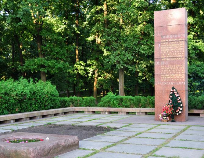 Памятный знак участникам обороны Киева по проспекту Голосеевский, 87, был установлен в 1965 году. Архитектор - В.Л. Суворов.