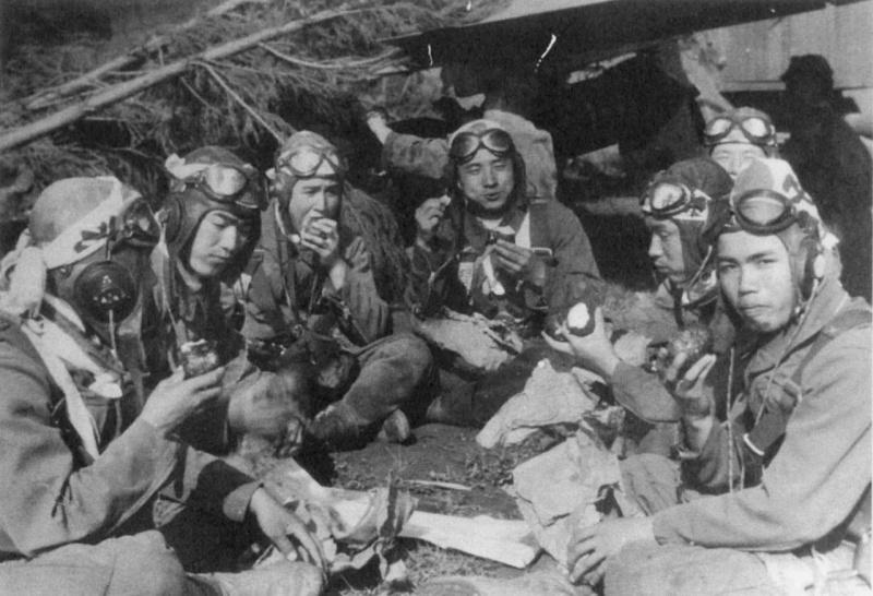 Трапеза летчиков-камикадзе на аэродроме в ожидании вылета. 1945 г.