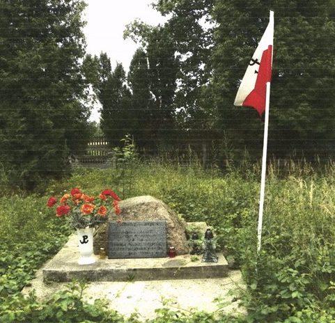 д. Хруcлице, Радомский повят. Памятник, установленный на братской могила, где похоронены советские военнопленные.