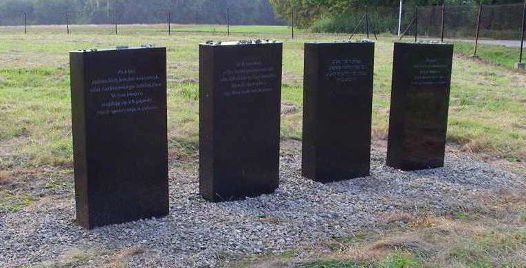 Памятные плиты на месте захоронений.