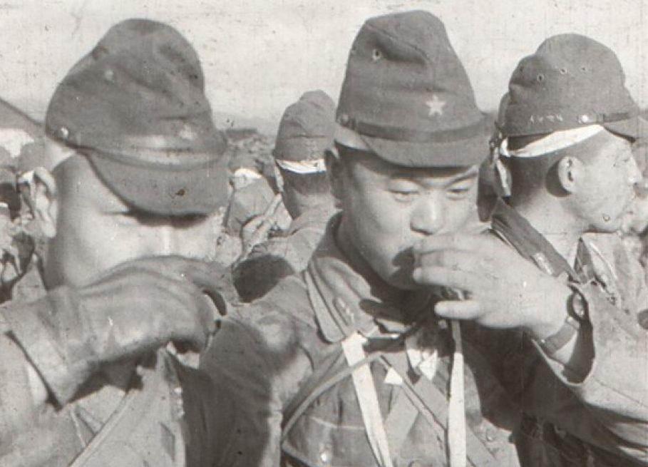 Традиционная рюмка саке перед боевым вылетом.