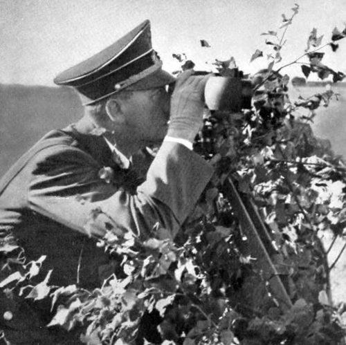 Адольф Гитлер наблюдает за форсированием Вислы. 1939 г.