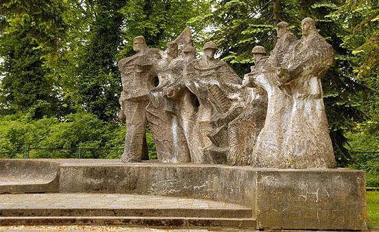 Памятник на воинском кладбище.