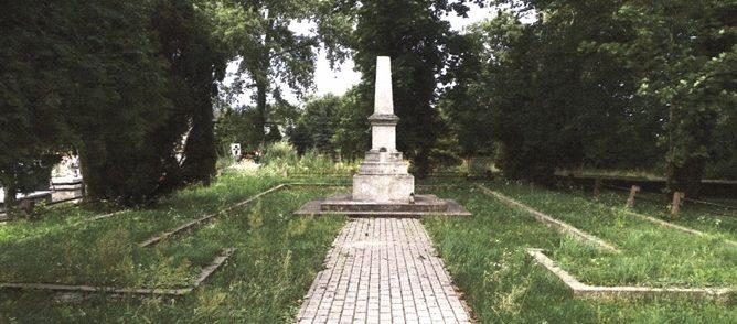 г. Бжезины. Памятник по улице Костюшки, установленный на братской могиле, в которой похоронено 70 советских воинов, в т.ч. 33 неизвестных, погибших в годы войны.