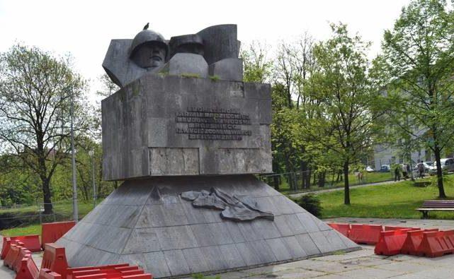 г. Забже. Памятник братству по оружию, установленный по улице Шленских повстанцев, был демонтирован в 2017 году.