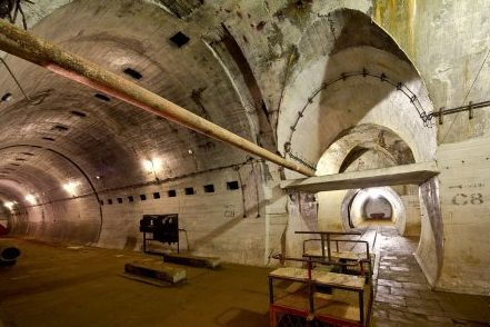 Такие помещения называли вокзалами. За задней стенкой несколько служебных комнат и тупик.