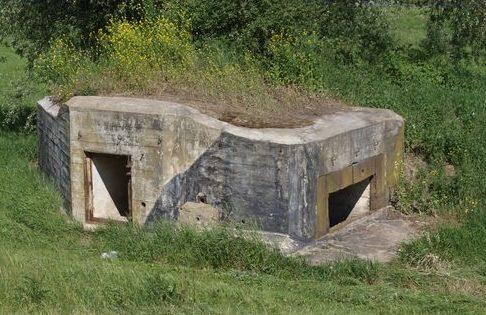 Неплохо сохранившиеся бункеры линии.