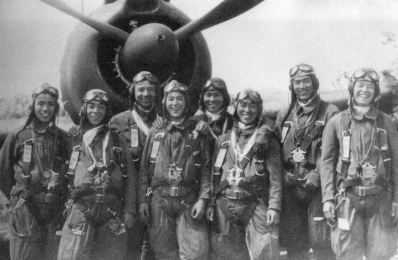Летчики-камикадзе у истребителя Ki-44перед боевым вылетом.1945 г.