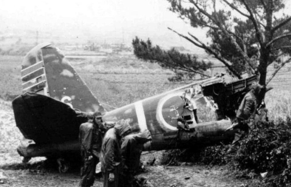 Японские самолеты после посадки на американском аэродроме.