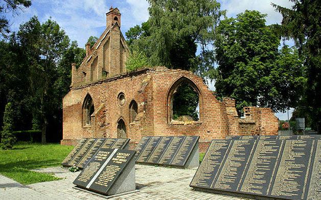 Мемориальные плиты и руины часовни Св. Гертруды.