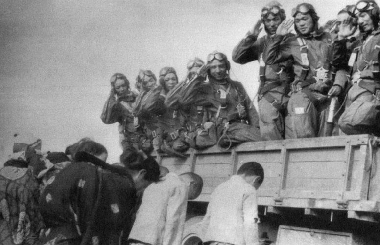 Японские женщины и подростки провожают летчиков-камикадзе. 1945 г.
