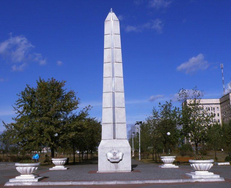Обелиск защитникам отечества, установленный в 2005 году по улице Теодора Драйзера 17.