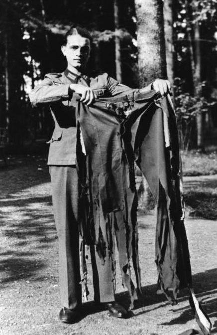Солдат демонстрирует штаны и китель фюрера, чудом уцелевшого при взрыве.