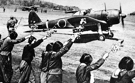 Старшеклассницы на базе ВВС провожают летчика-камикадзе. Апрель, 1945 г.