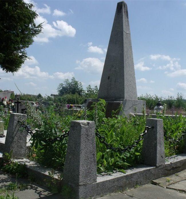 г. Вольбром, Олькушский повят. Памятник на братской могиле по улице Меховска, в которой похоронено 17 воинов, в т.ч. 15 неизвестных.