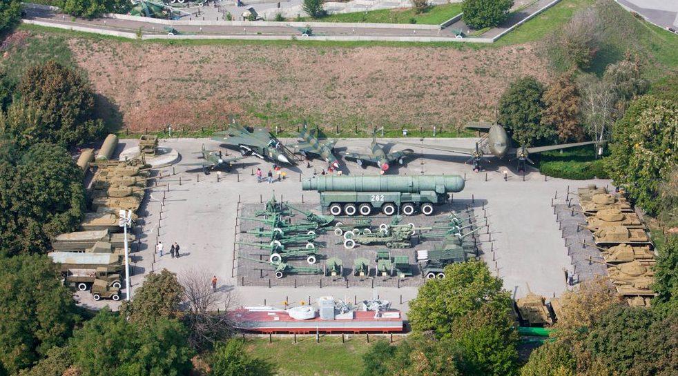 Внешняя площадка вооружения Национального музея истории Украины во Второй мировой войне.