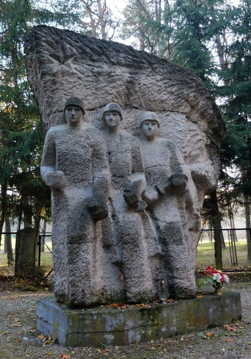 г. Щитно. Памятник на воинском кладбище по улице Остроленка, где похоронено 1 008 советских воинов, в т.ч. 932 неизвестных.