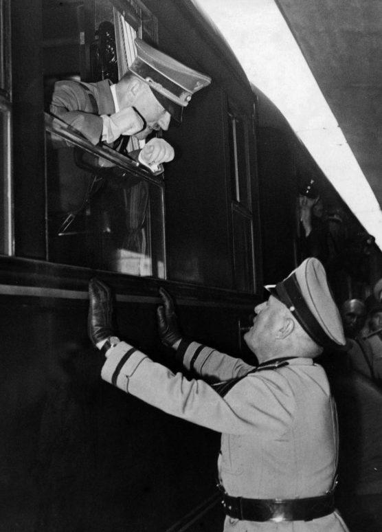 Адольф Гитлер с Бенито Муссолини на итальянской станции Бреннеро. 1940 г