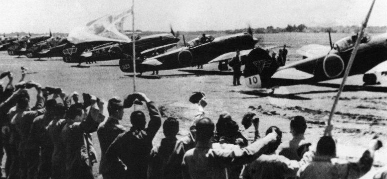 Аэродромный персонал провожает камикадзе из 57-го шимбу-тай на истребителях Ki-84. 1945 г.