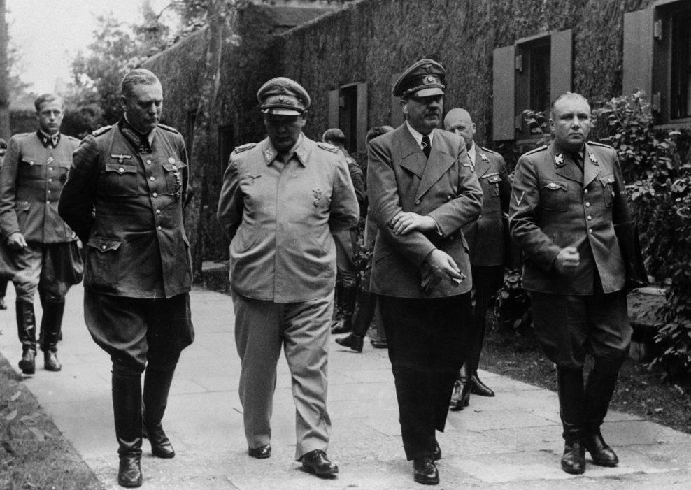 Вильгельм Кейтель, Герман Геринг, Адольф Гитлер и Мартин Борман. Фотография сделана после покушения на Гитлера - тот потирает поврежденную при взрыве руку.