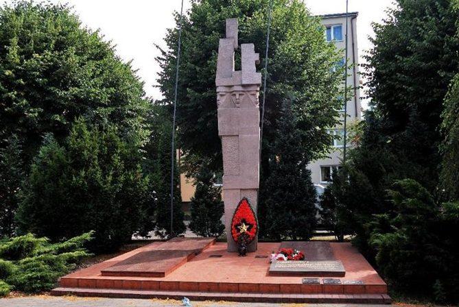 г. Дембно Мыслибуржский повят. Памятник на площади Звыченьства, установлен на братской могиле, в которой похоронено 3 703 советских воинов, в т.ч. 2 475 неизвестных.