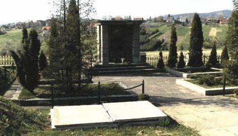 г. Йорданув, Сухский повят. Памятник на братских могилах, в которых захоронено 82 советских воина, в т.ч. 73 неизвестных, погибших в годы войны при освобождении города.