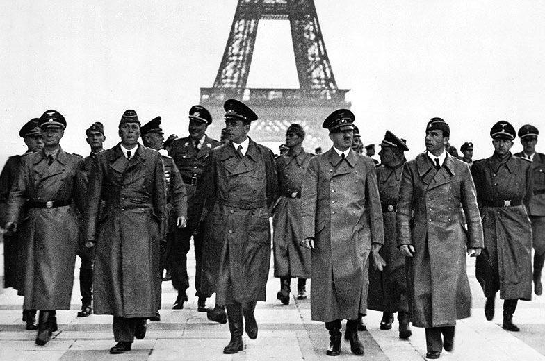 Адольф Гитлер со свитой в Париже. 1940 г.