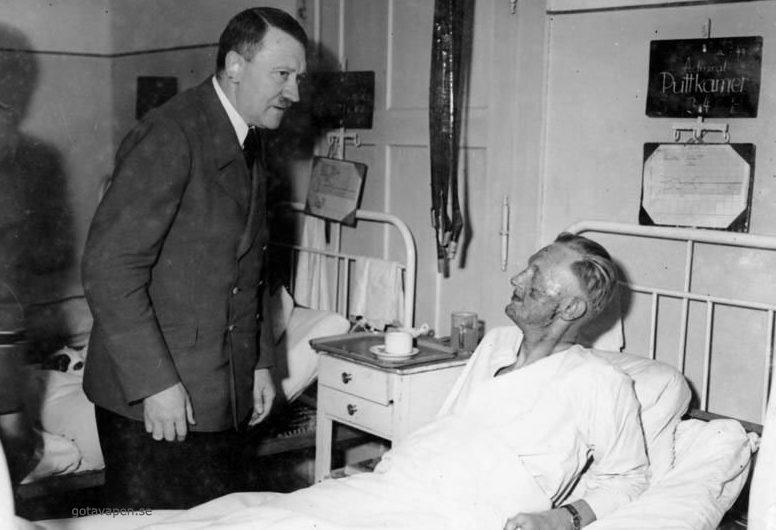 Гитлер навещает в больнице пострадавшего при взрыве адмирала Карла-Йеско фон Путткамера.