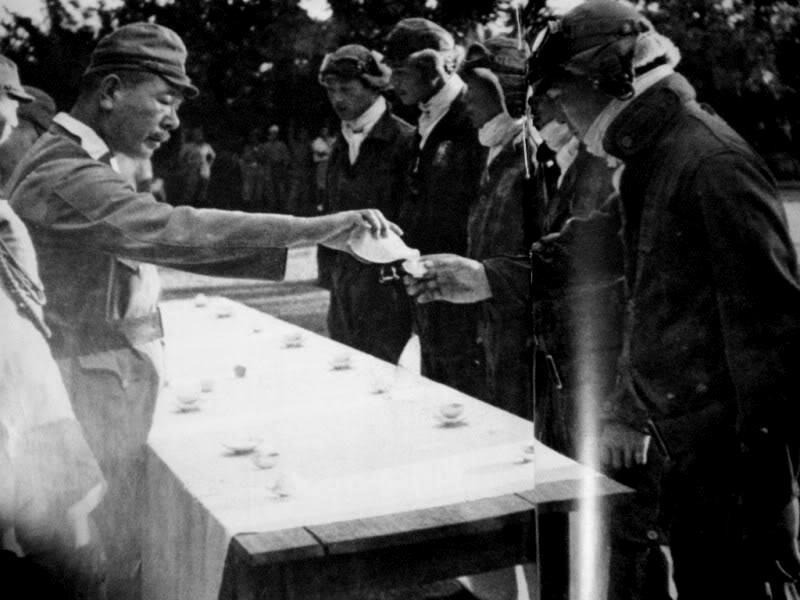 Традиционная рюмка саке перед последним вылетом. 1945 г.